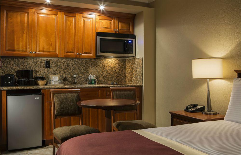 Ocean Sky Fort Lauderdale rooms 06 - deluxe room with kitchenette 2